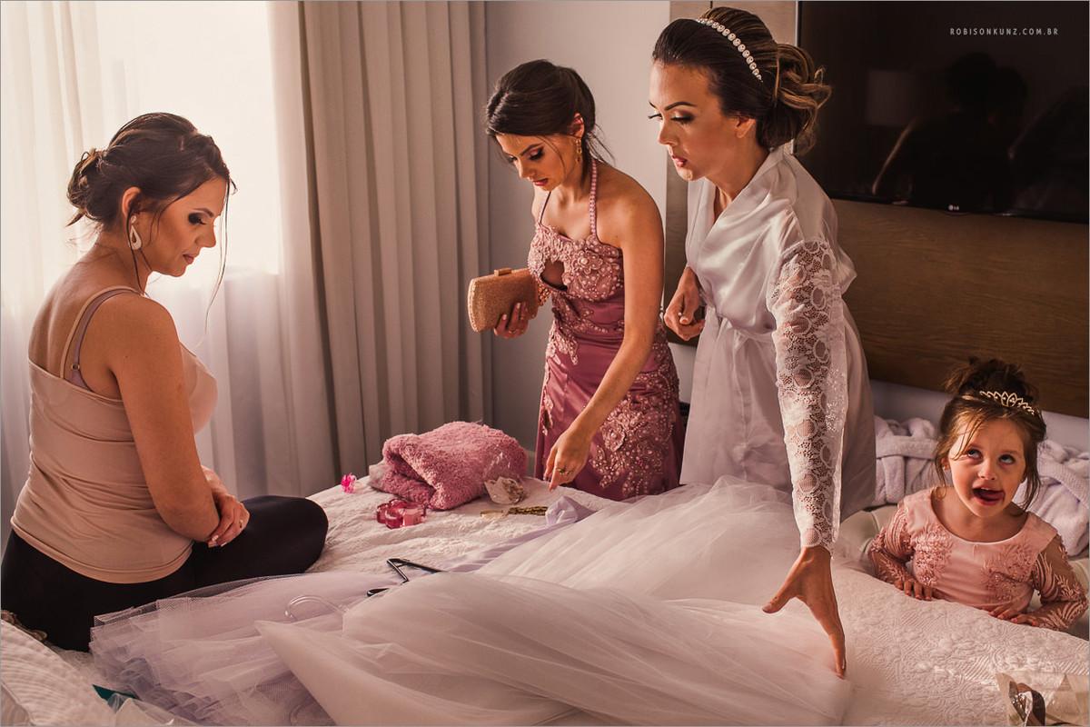 daminha ajudando a noiva a se vestir