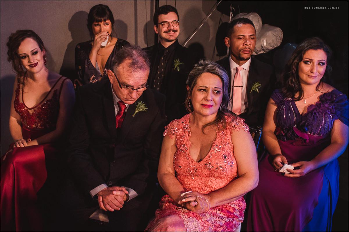 familia emocionada em casamento gay