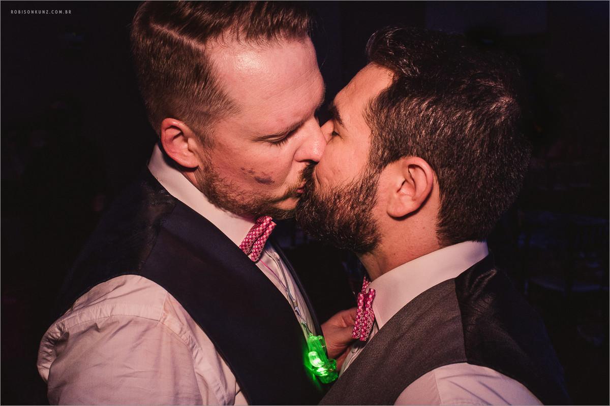 beijo gay em casamento