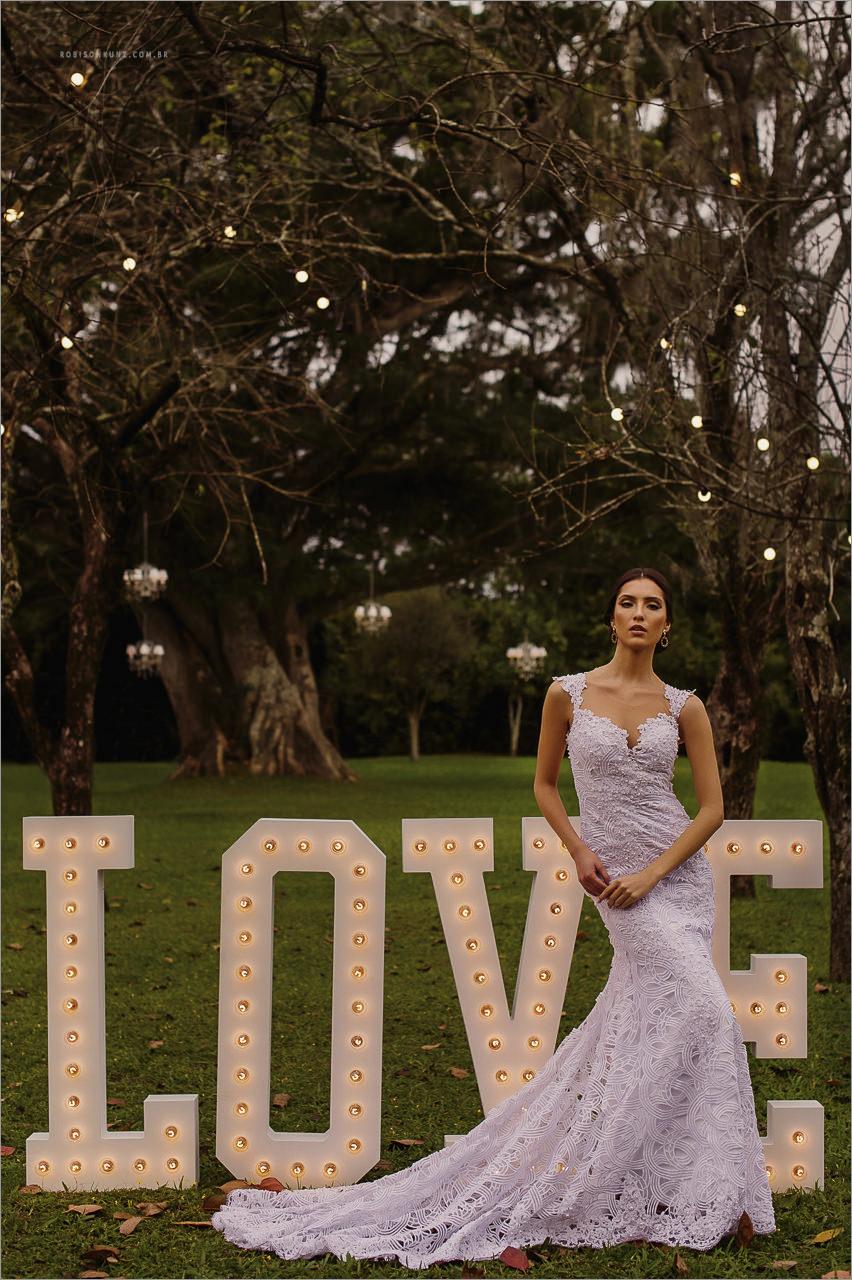 noiva e seu love no gramado do casamento