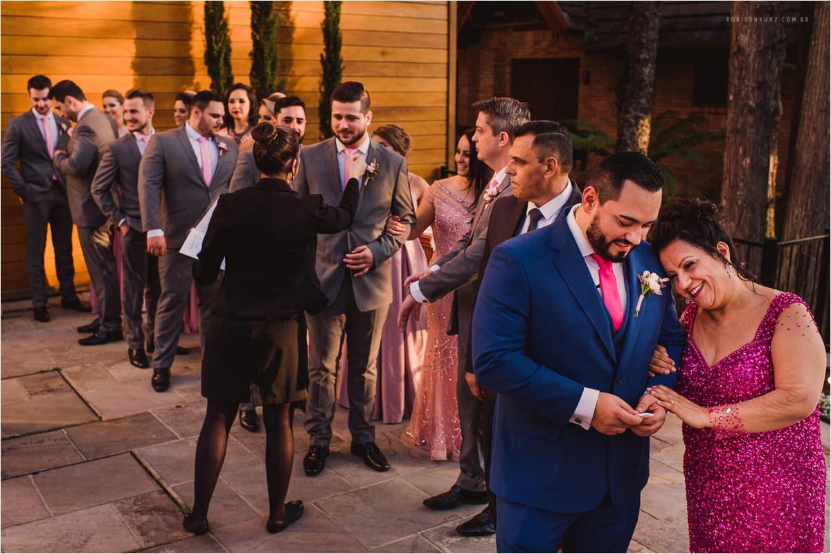 noivo e mae antes de entrar no casamento