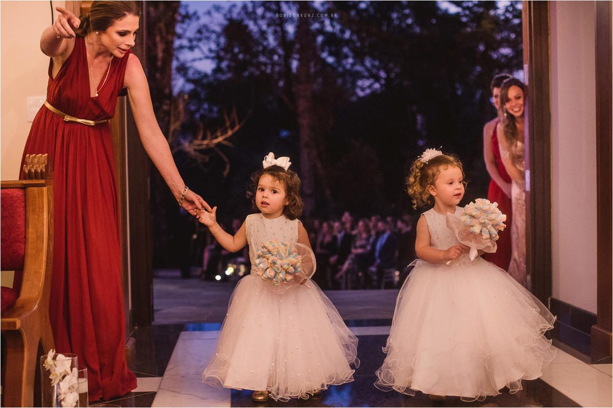 crianças levando aliança casamento gramado