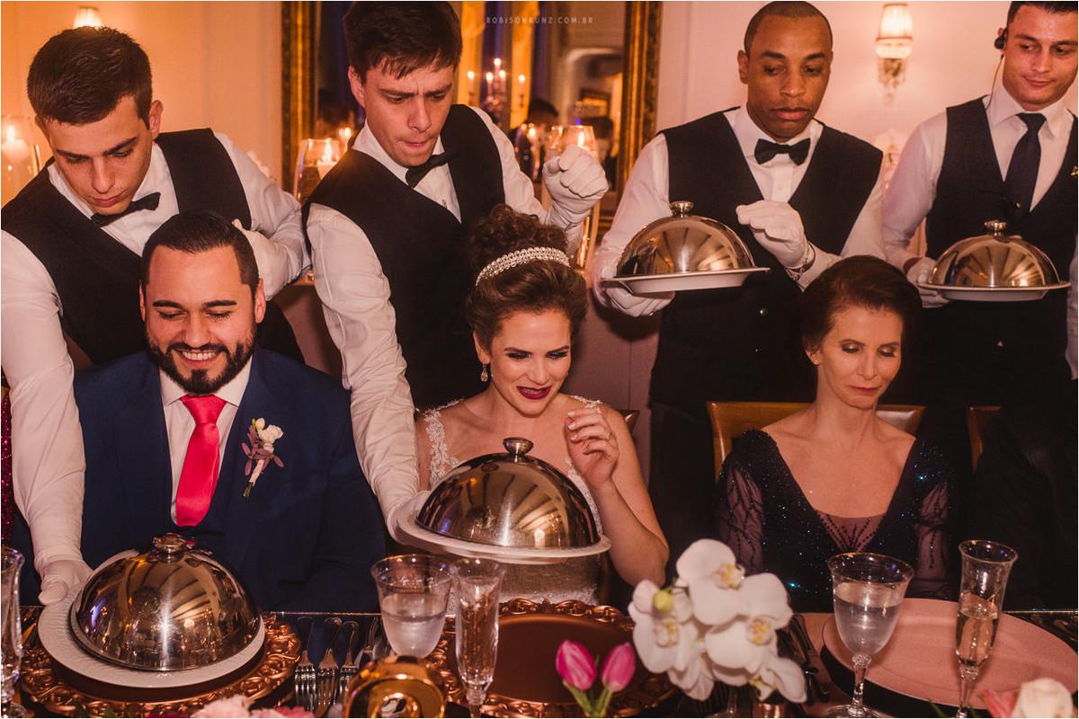 garçons servindo a mesa da noiva