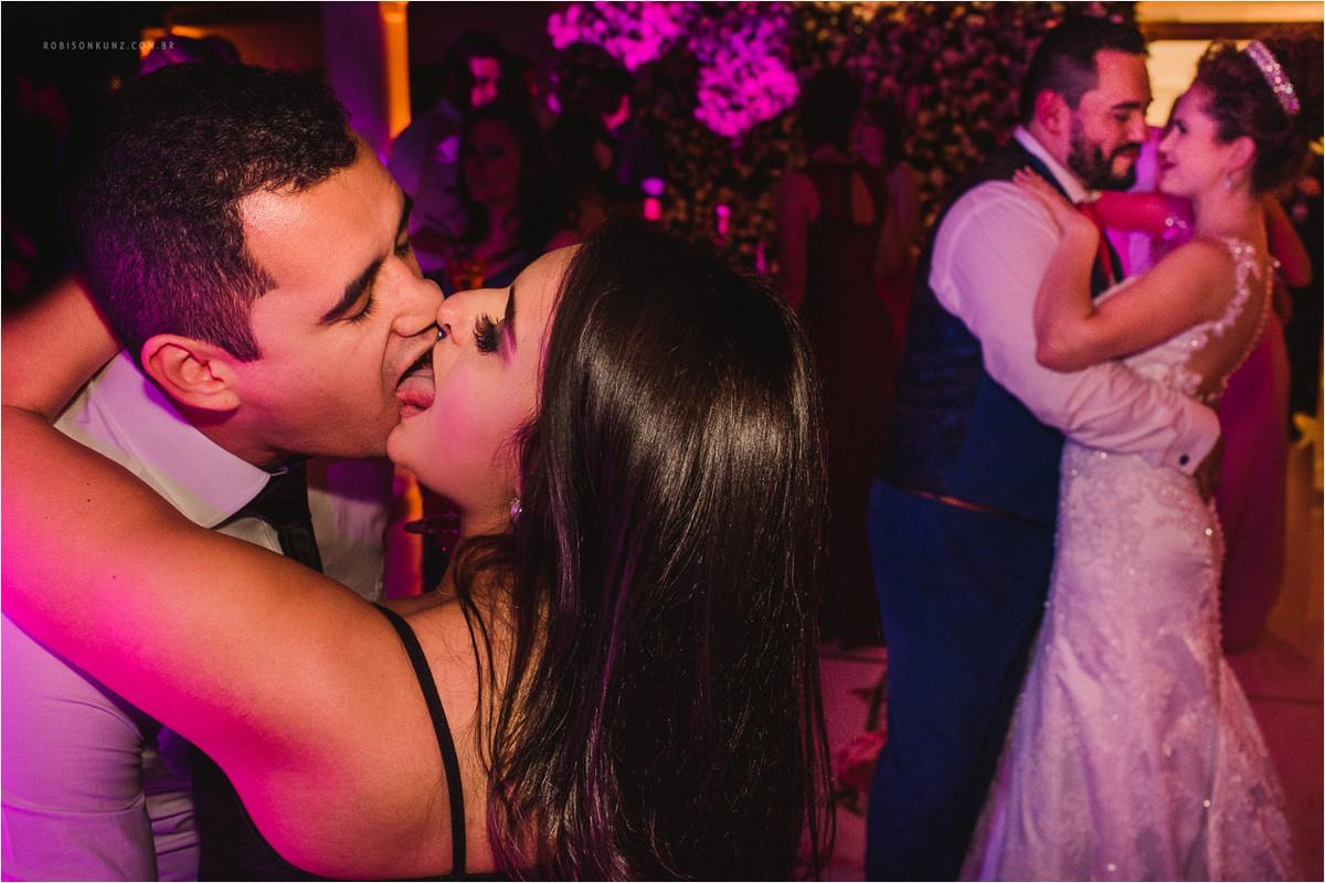 convidados se beijando no casamento