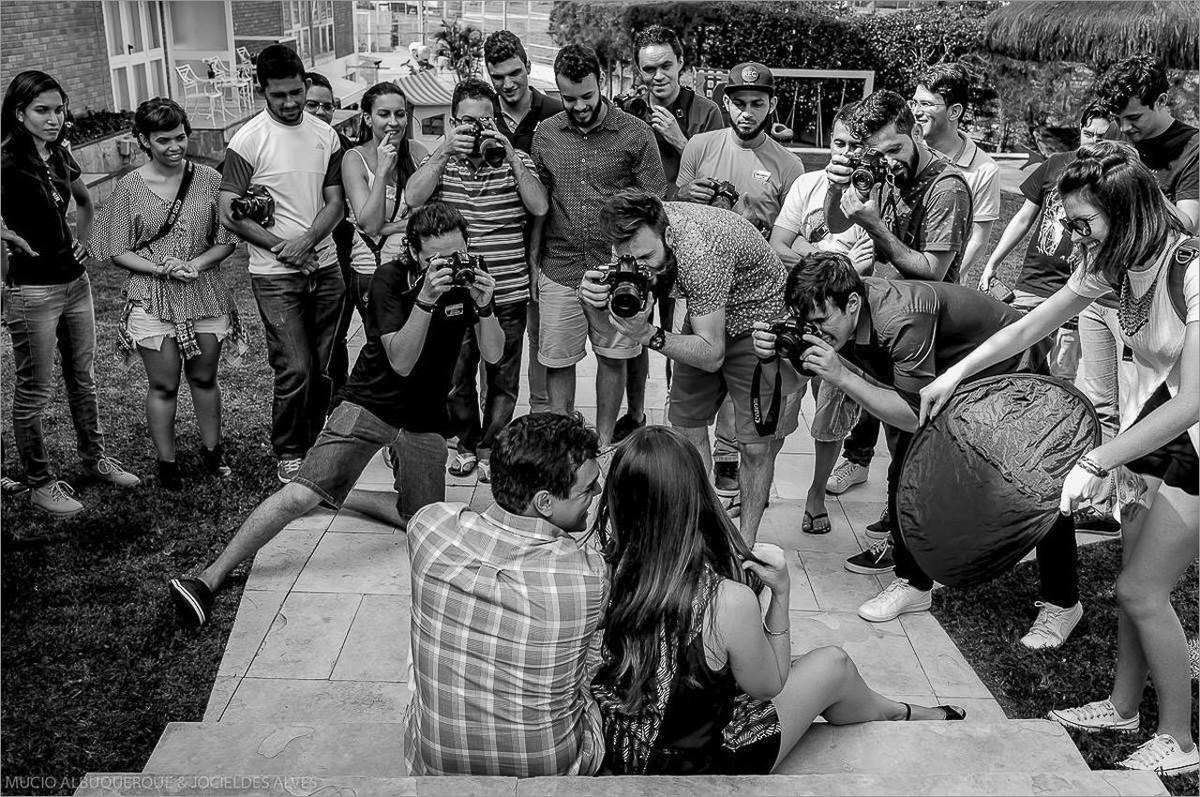 turma de fotografos fotografando casal de noivos durante o workshop de fotografia em campina grande