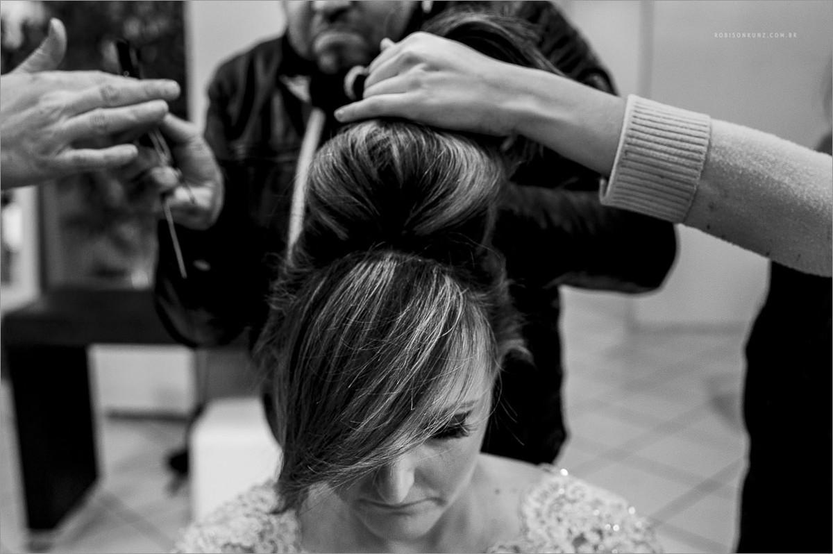 noiva arrumando o cabelo durante seu making of no fabio schmidt em ivoti