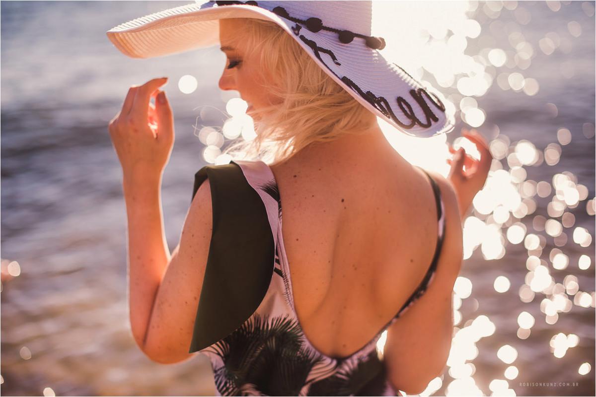 noiva na beira da praia com chapeu