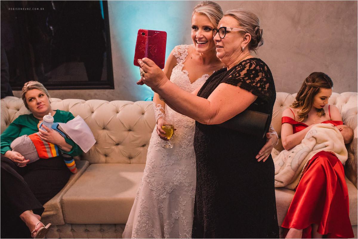 tias tirando selfie com a noiva