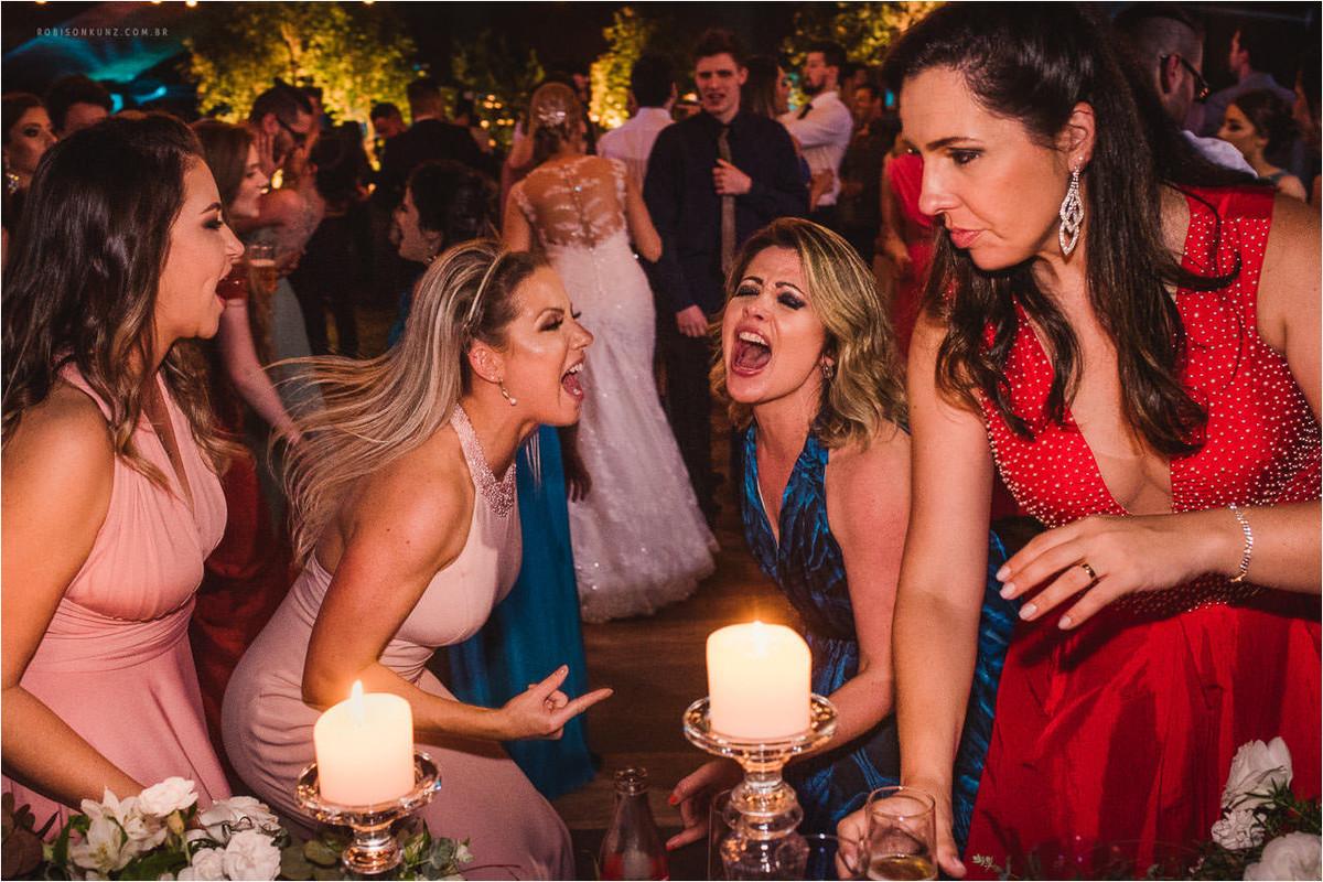 convidadas dançando na festa de casamento