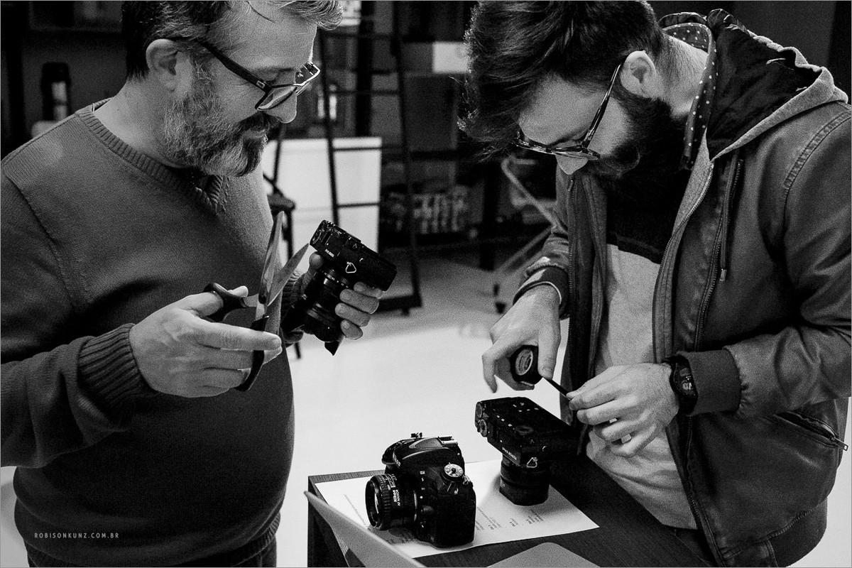 fotografos tapam visores de suas cameras