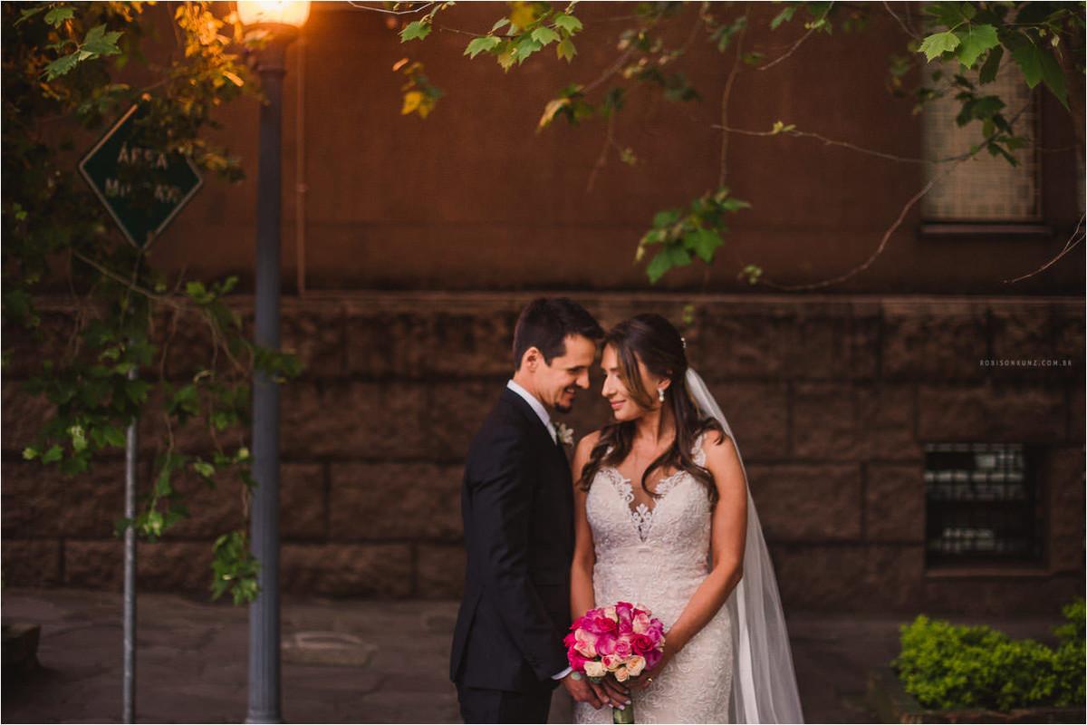 foto dos noivos na rua