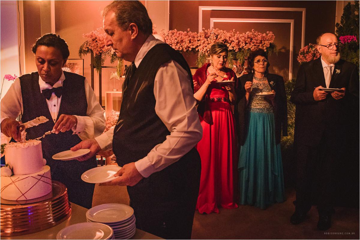 garçons contanto bolo do casamentos