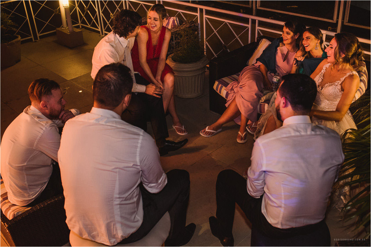 convidados conversando no final do casamento