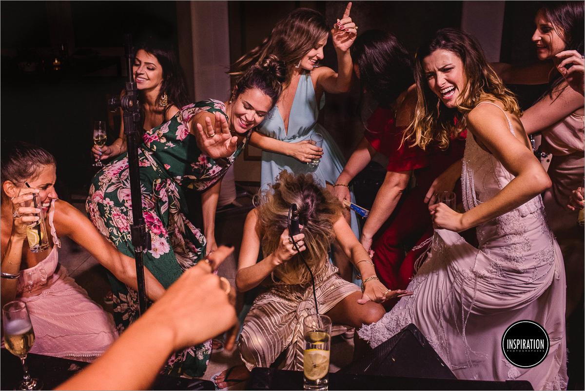 foto premiada de casamento noiva e madrinhas dançando