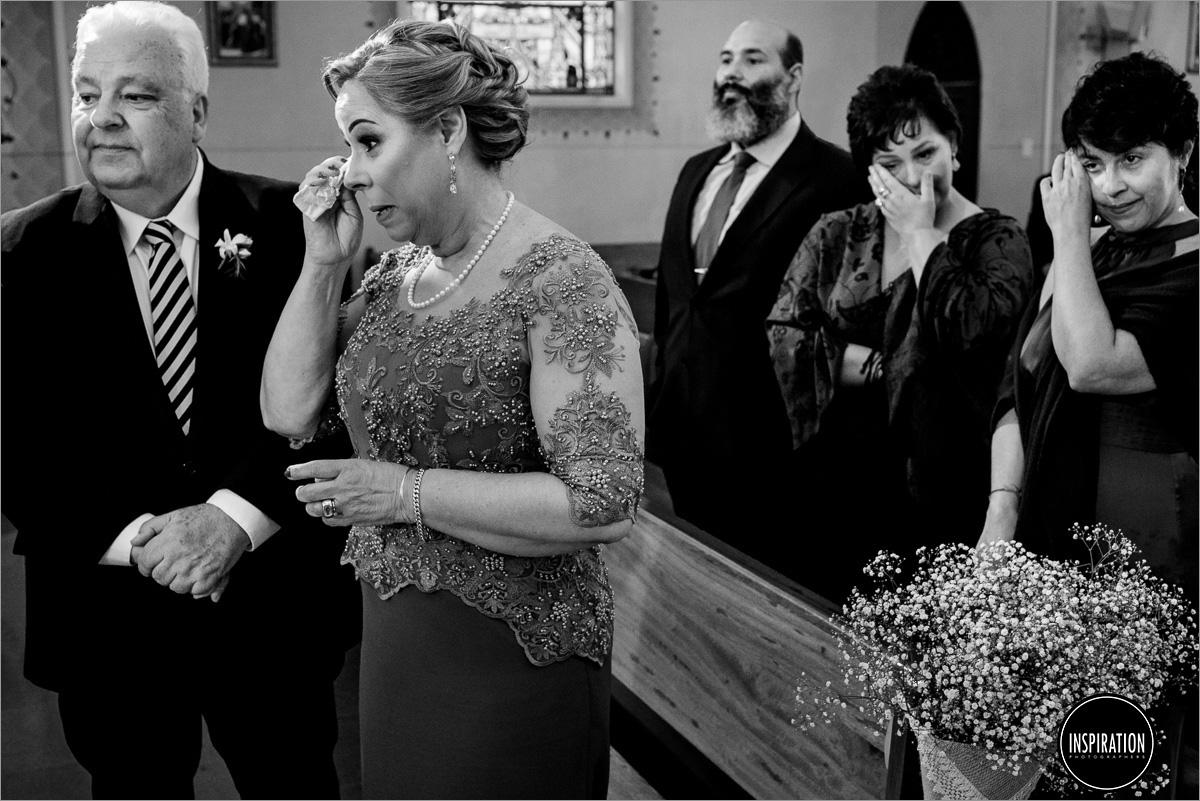 pais e convidados emocionados na cerimonia de casamento