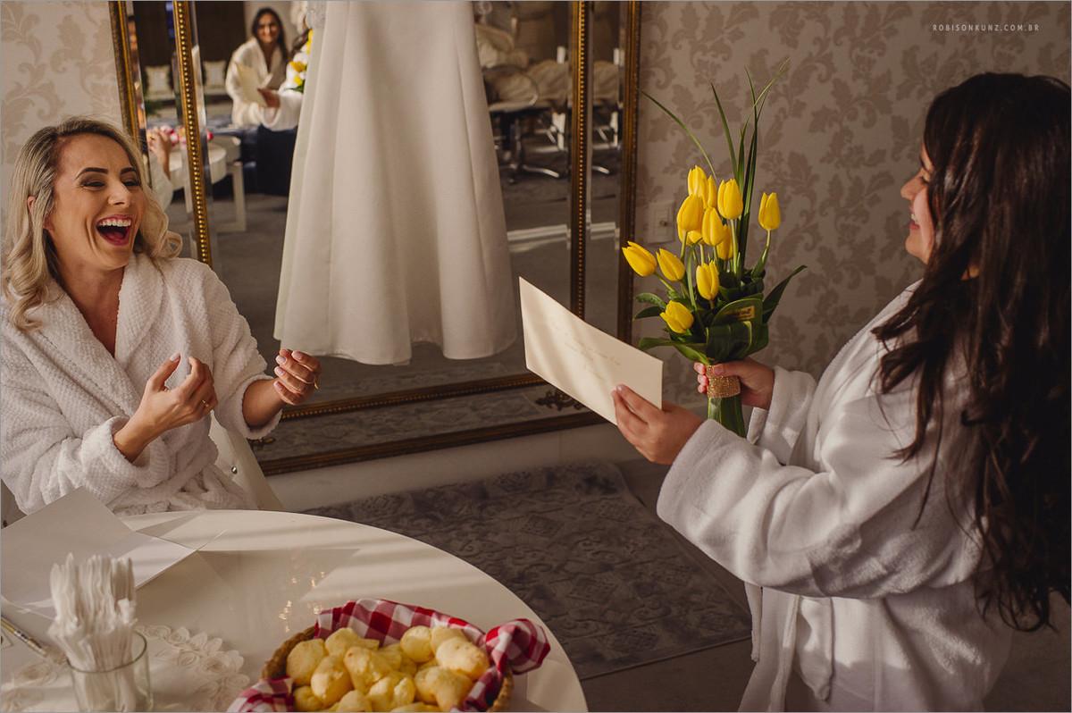 noiva recebendo flores na sua suite