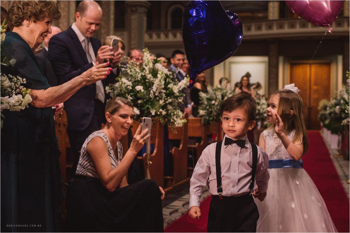 crianças entrando no casamento