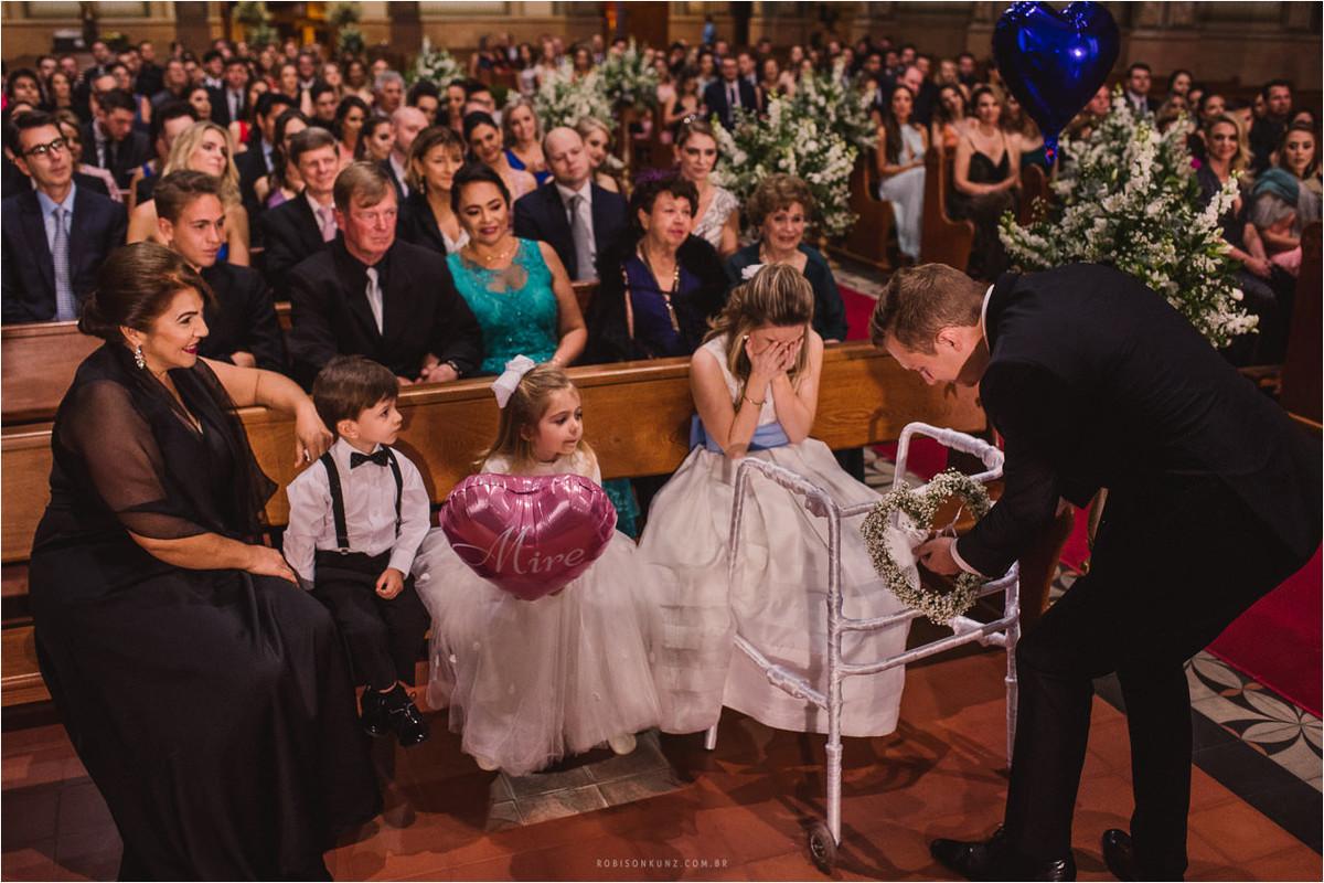 noivo e irmã no casamento