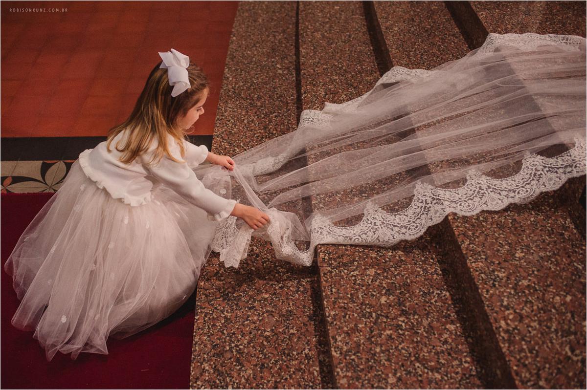 menina arumando o veu da noiva