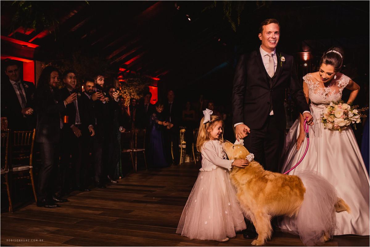 cachorro entra com os noivos na festa