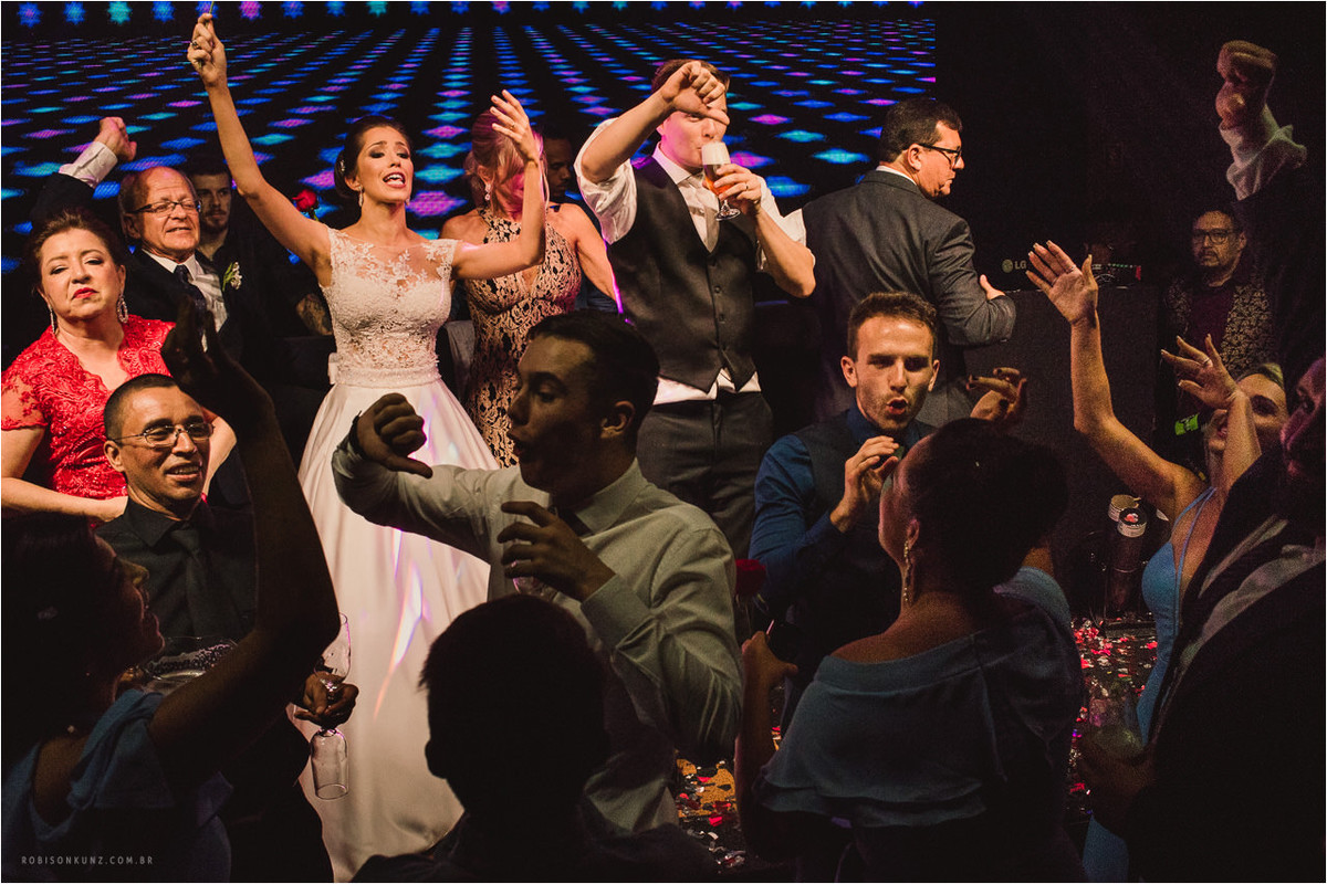 noivos no palco durante a festa de casamento