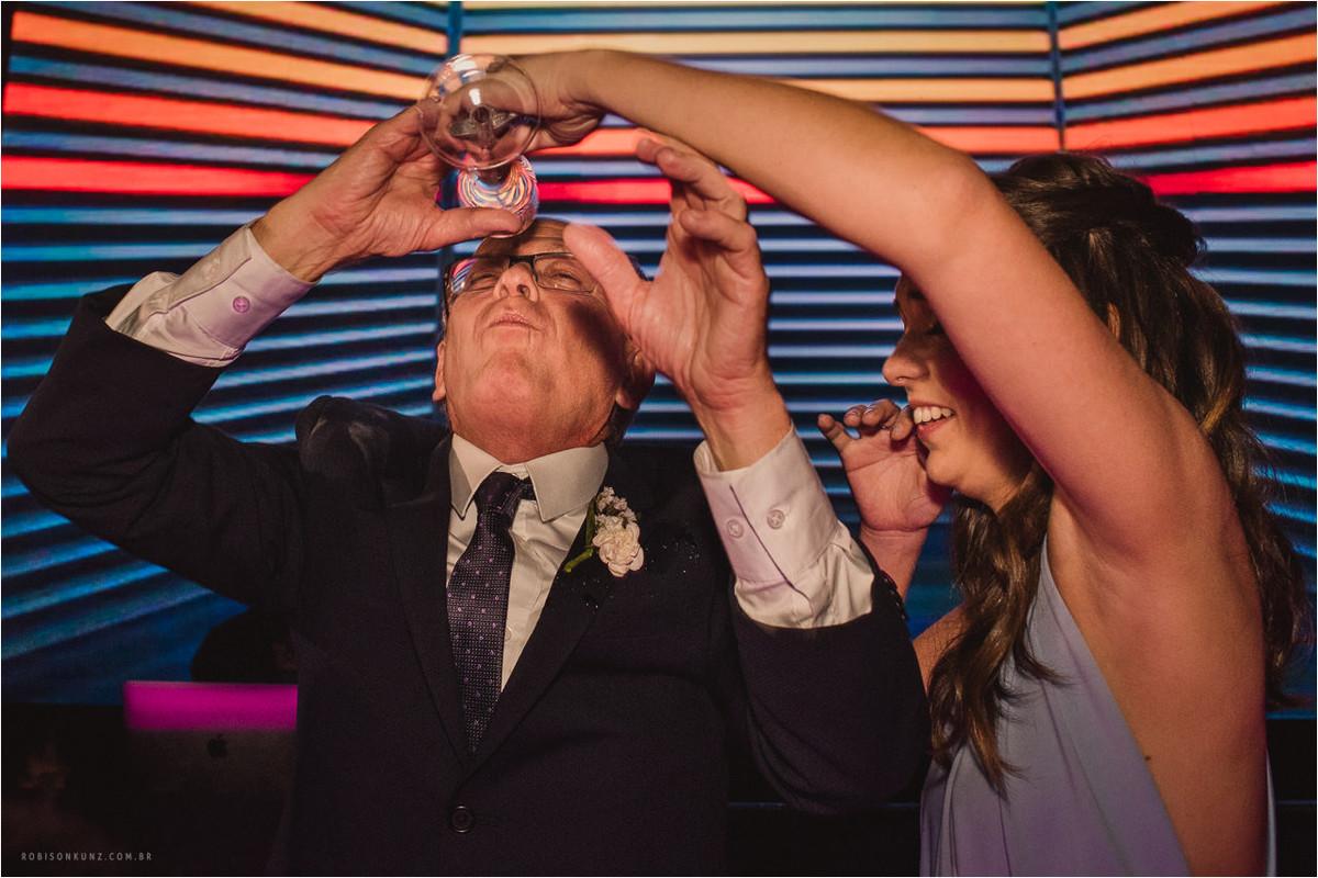 pai da noiva bebendo na festa