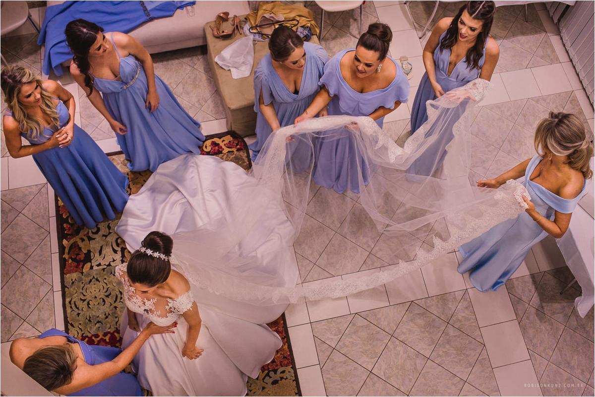 madrinhas vestindo a noiva