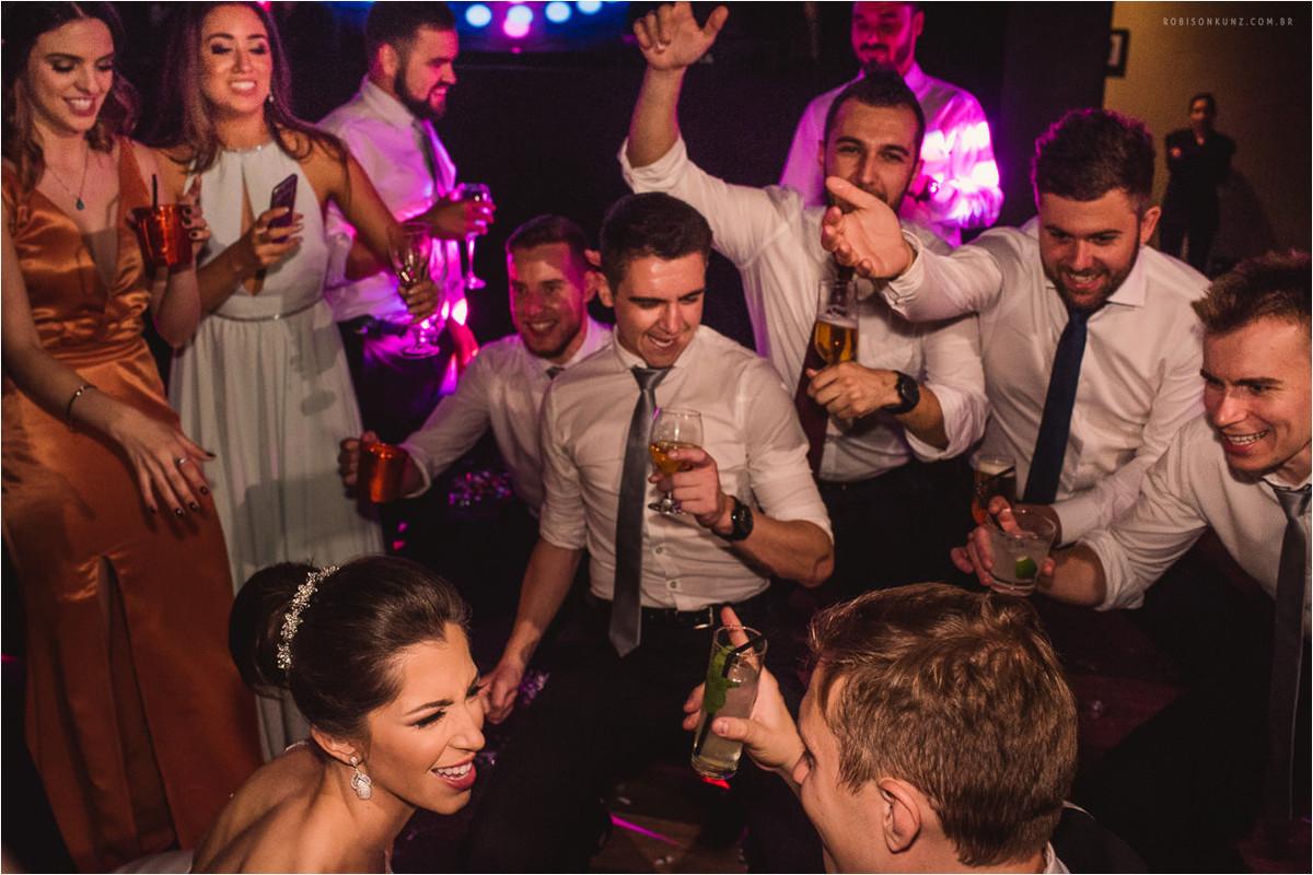 noivos e padrinhos dançando