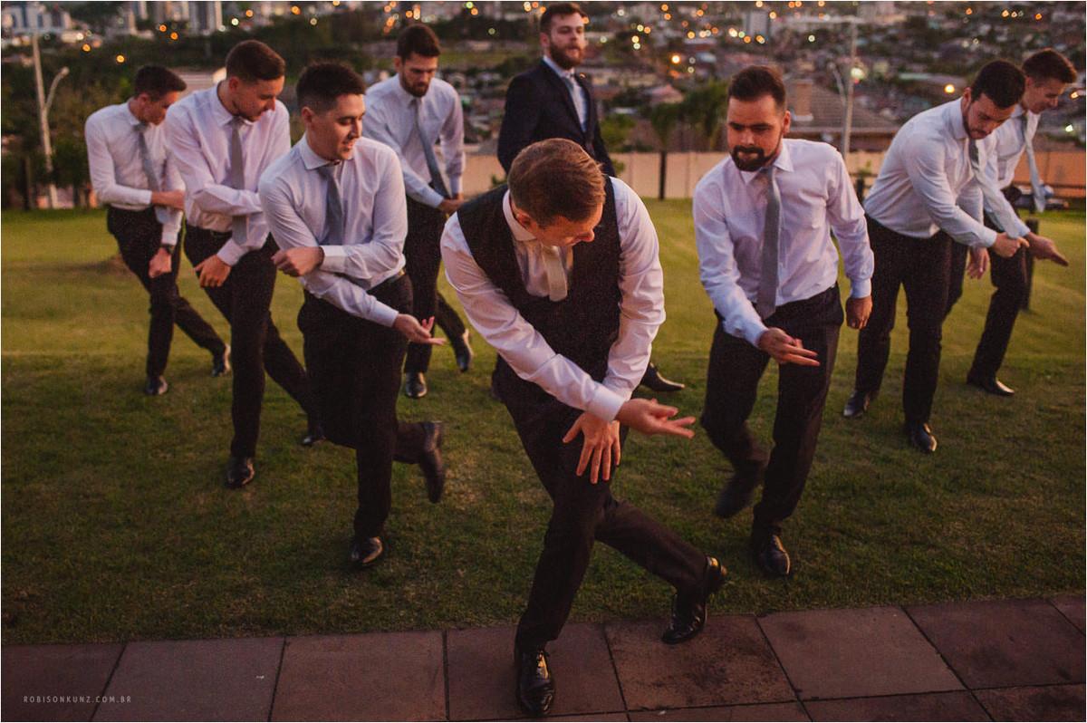 noivo e padrinhos treinando a dança