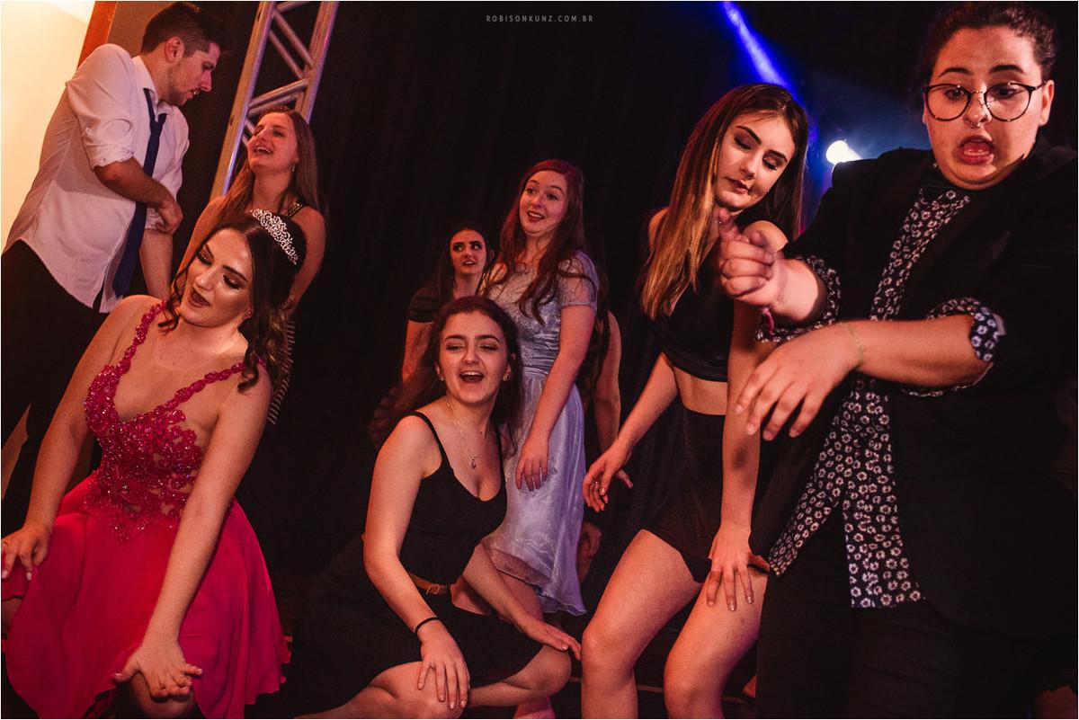 convidadas dançando na festa de 15 anos