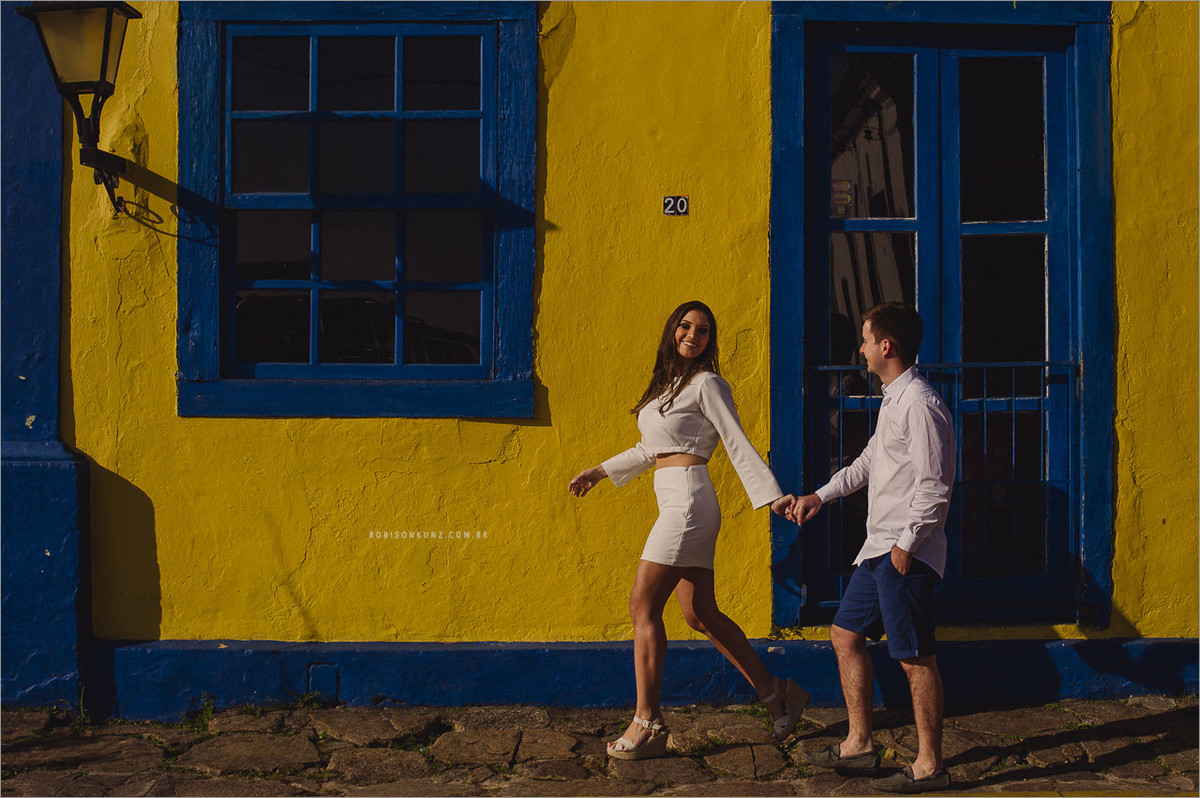 noivos caminhando na praia de santo antonio de lisboa
