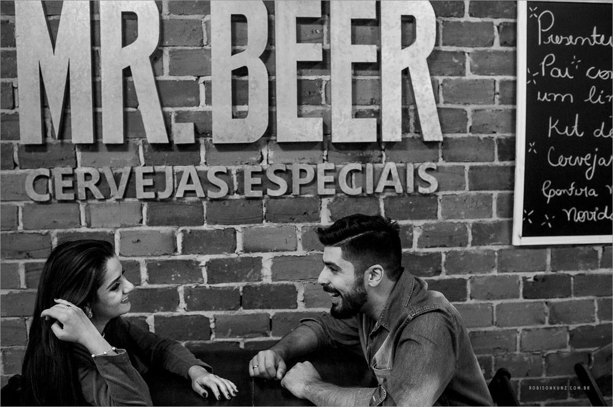 casal em uma cervejaria