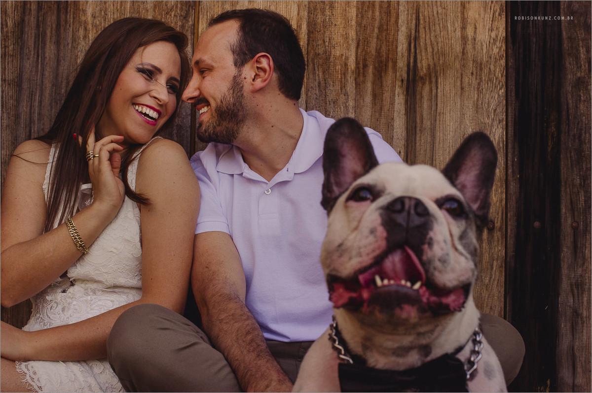 fotografia de casal com cachorro