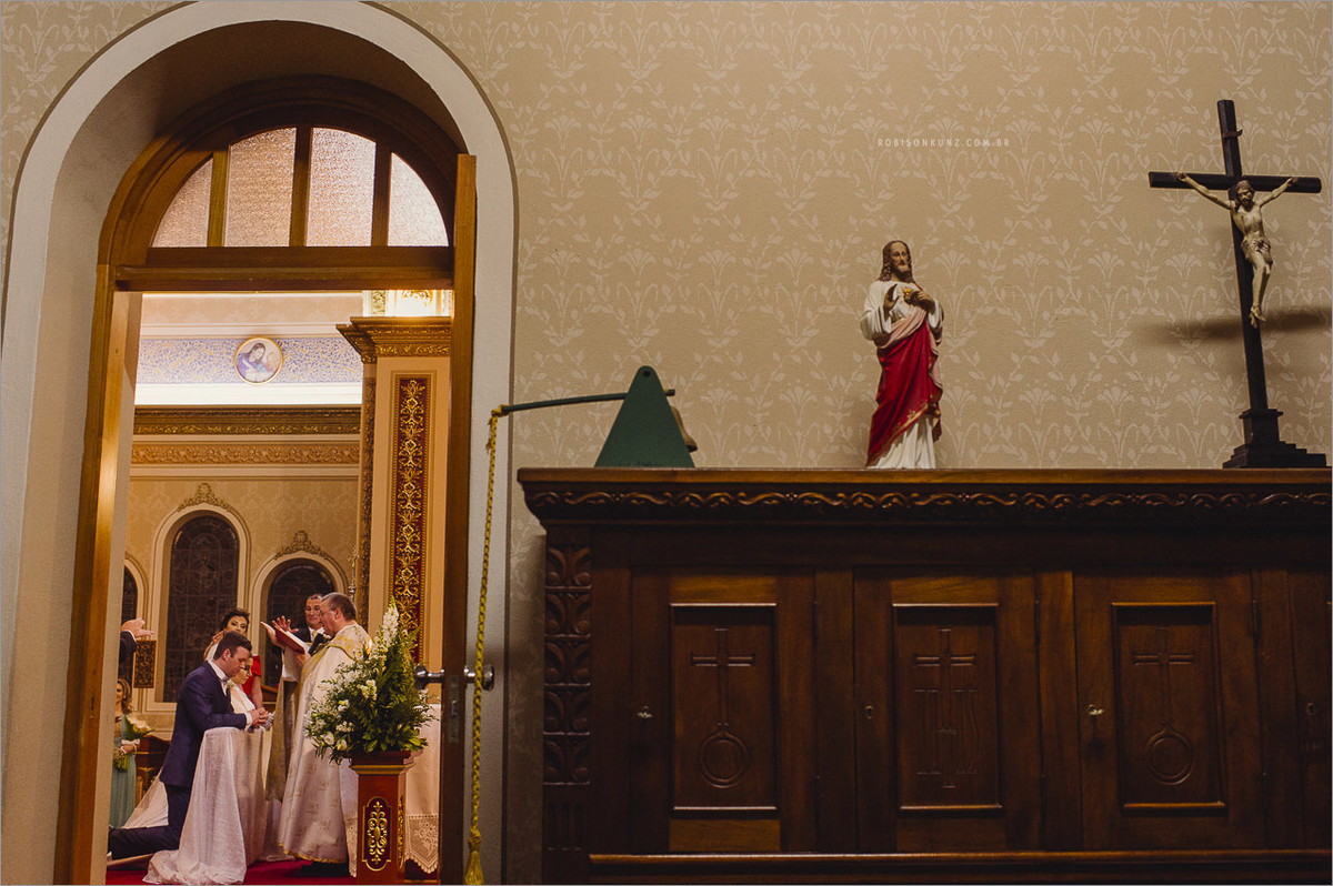 foto diferente de noivos na igreja