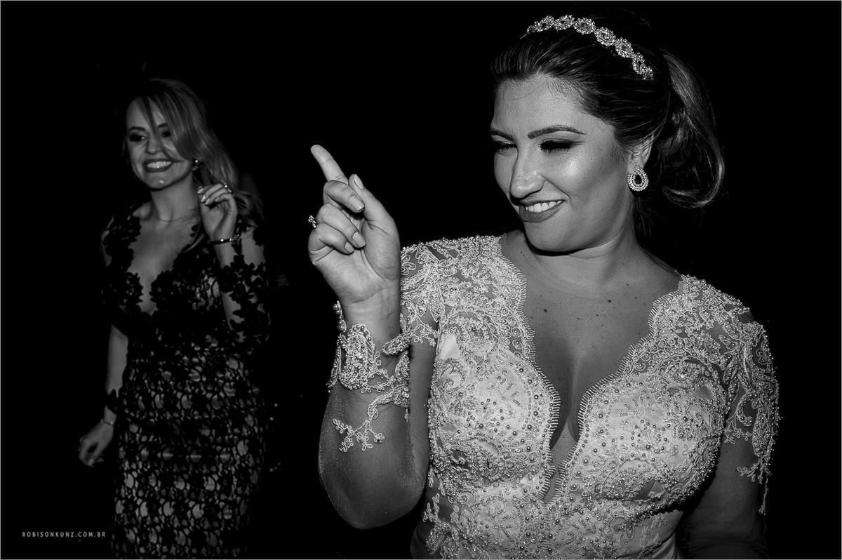noiva fazendo a festa no casamento