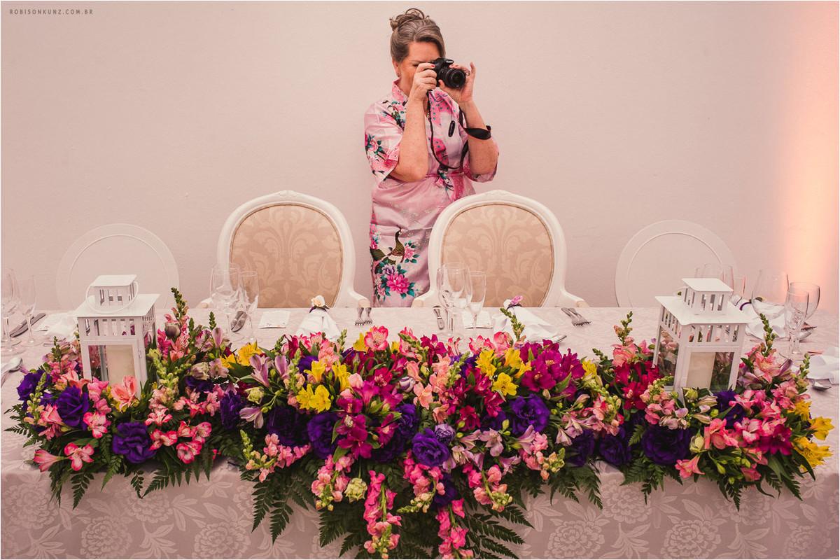 mae da novia fotografando o casamento