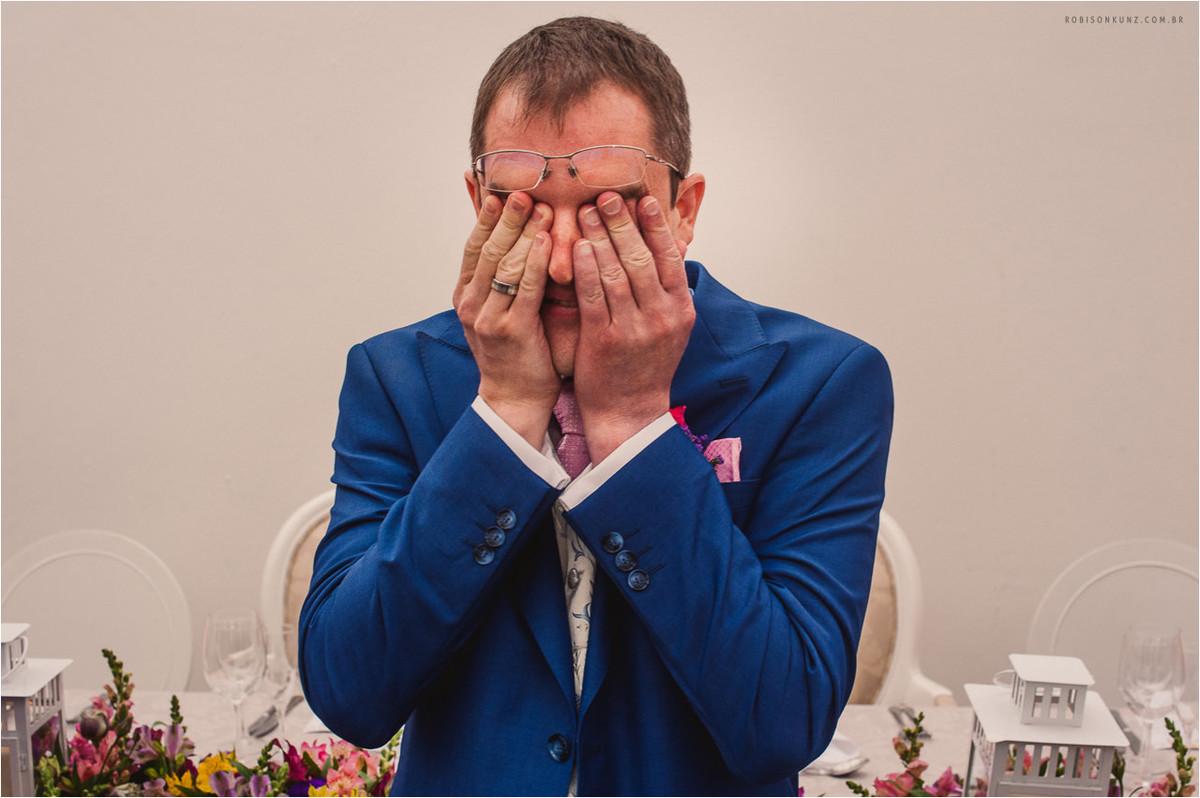 noivo chorando no altar