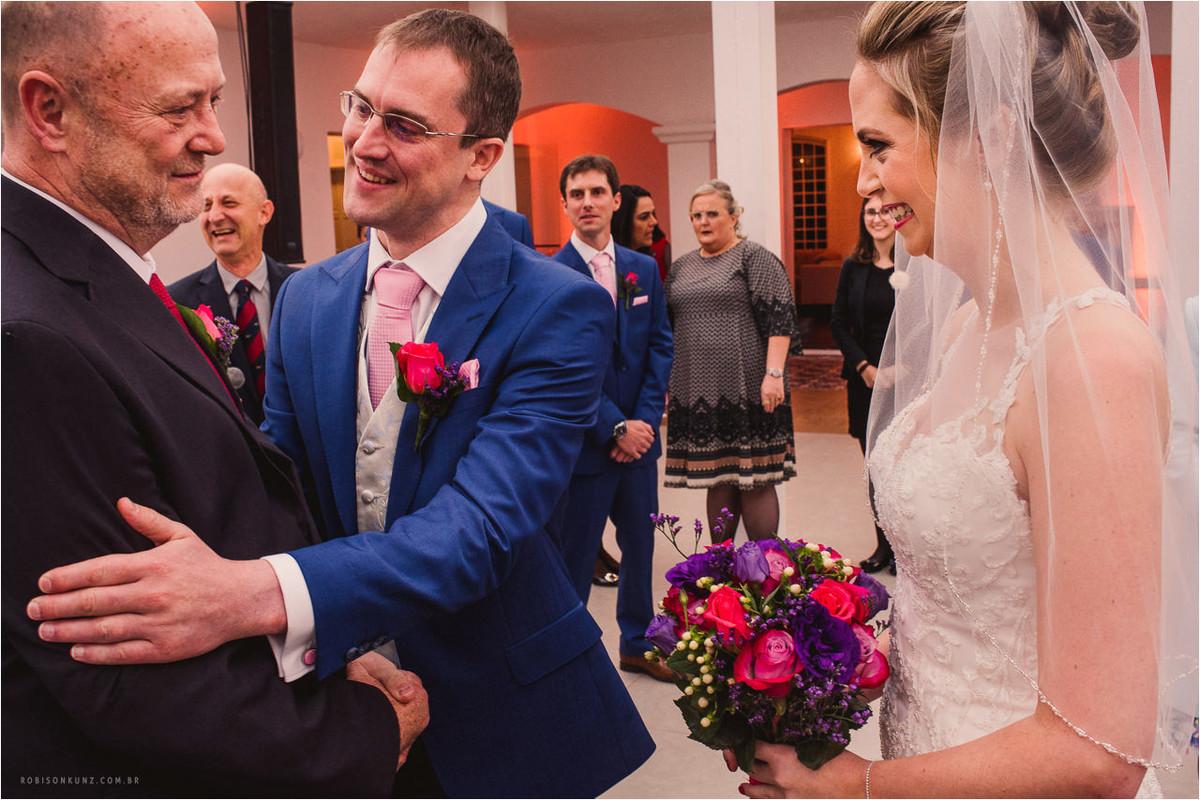 pai entregando a noiva para o noivo