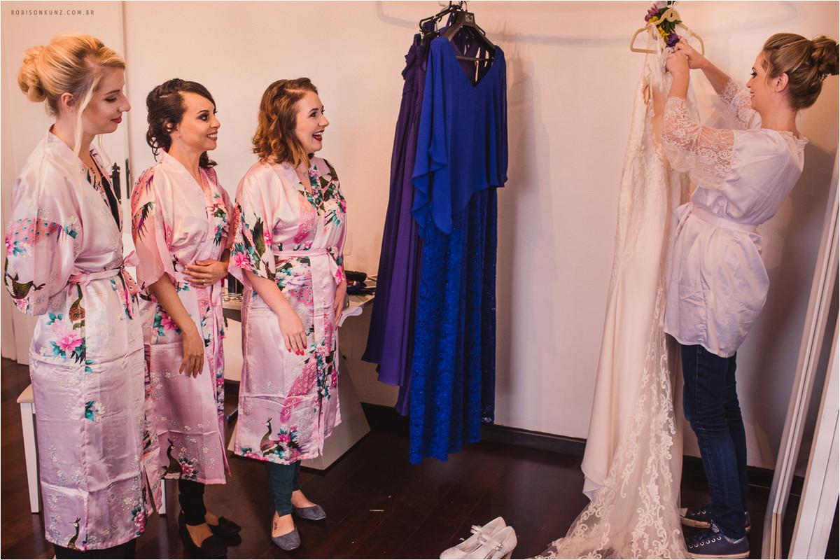 noiva e madrinhas conhecendo o vestido