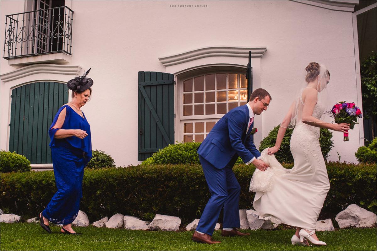 noiva e noivo andando em casamento na serra