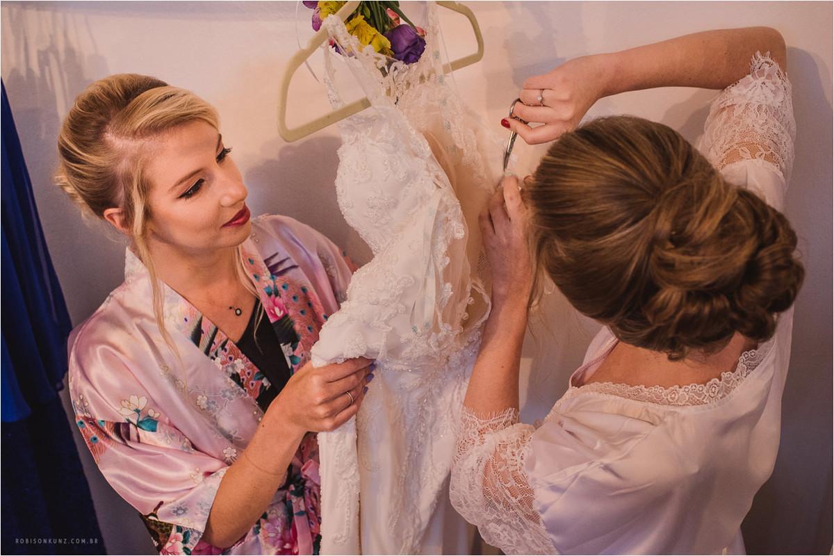 noiva cortando o vestido