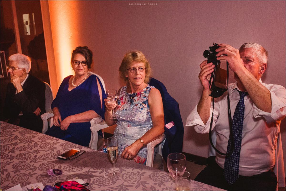 sogro fotografando o casamento