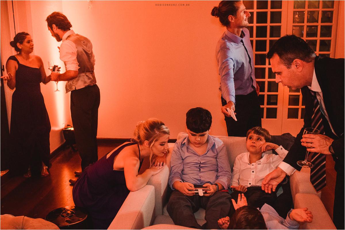 crianças no final da festa