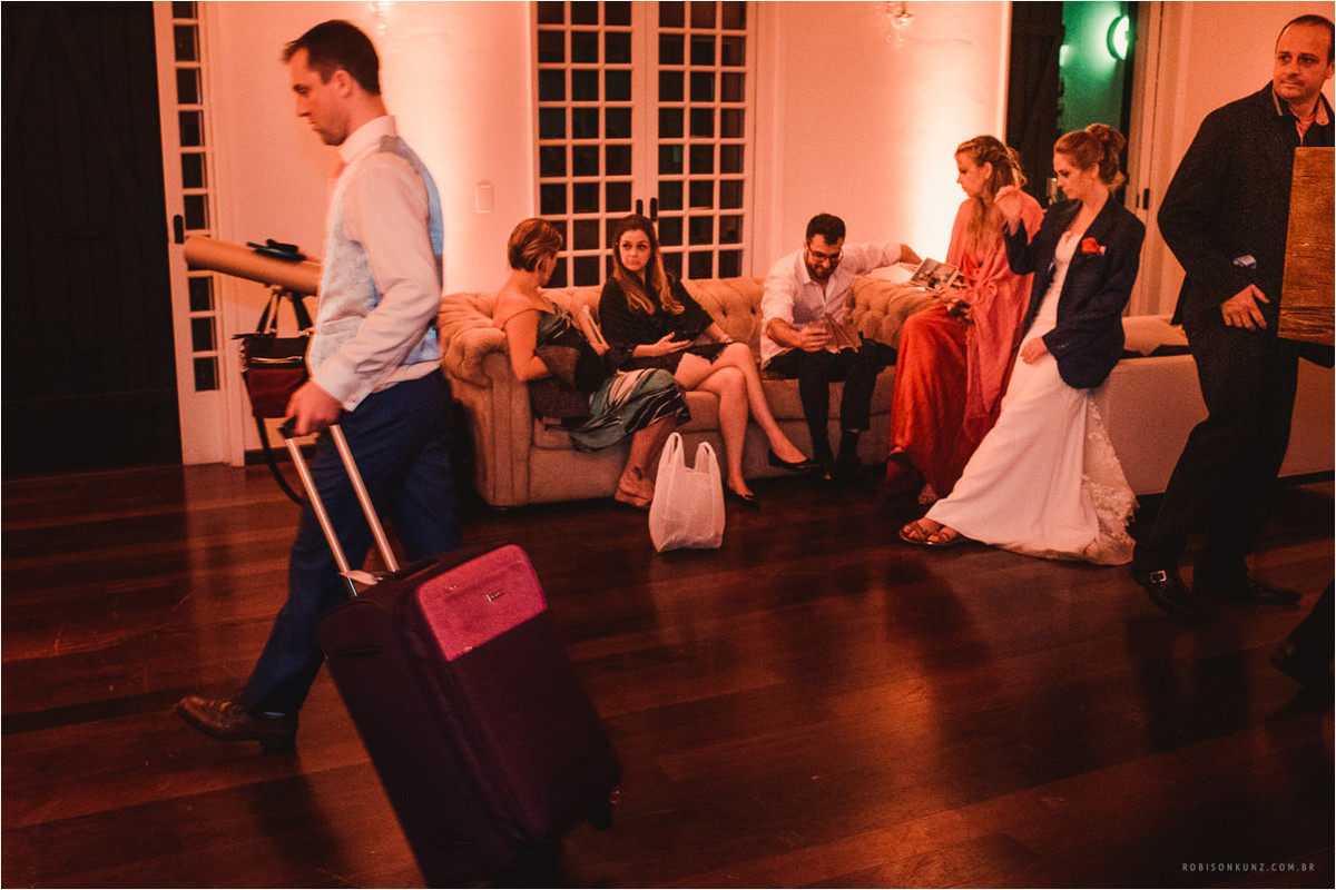 noivos indo embora da festa de casamento