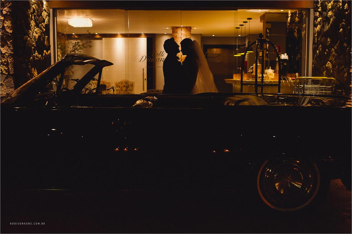 noivos com carro antigo