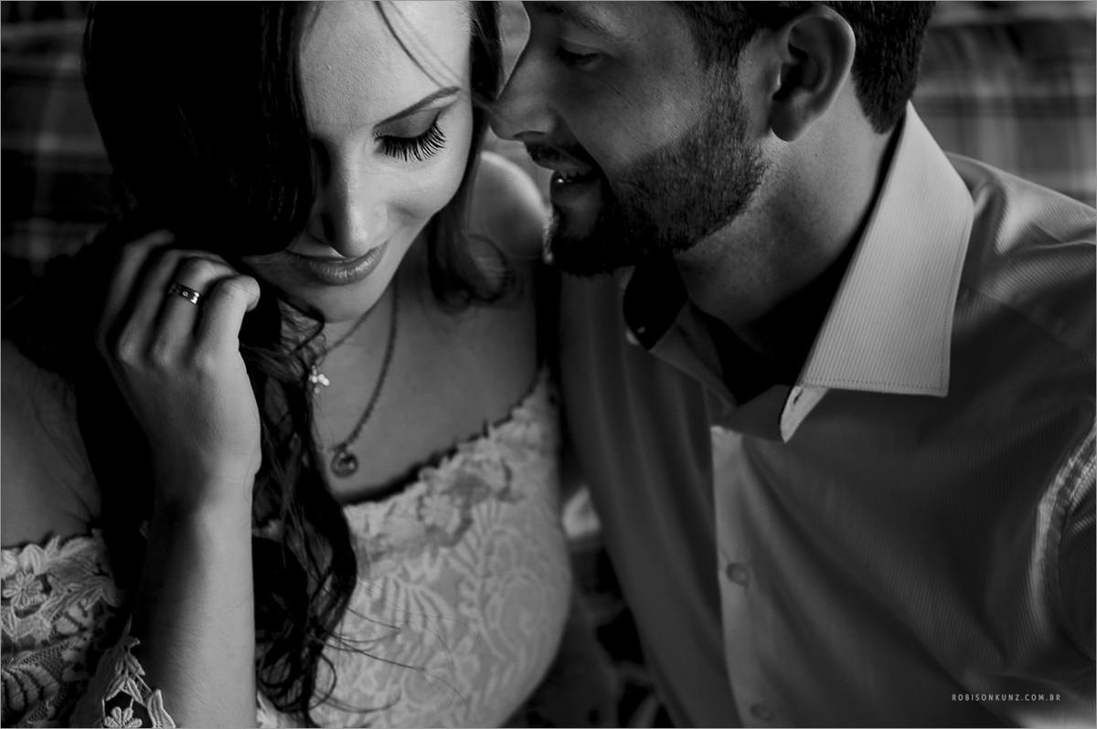 ensaio de casal com noiva seduzindo