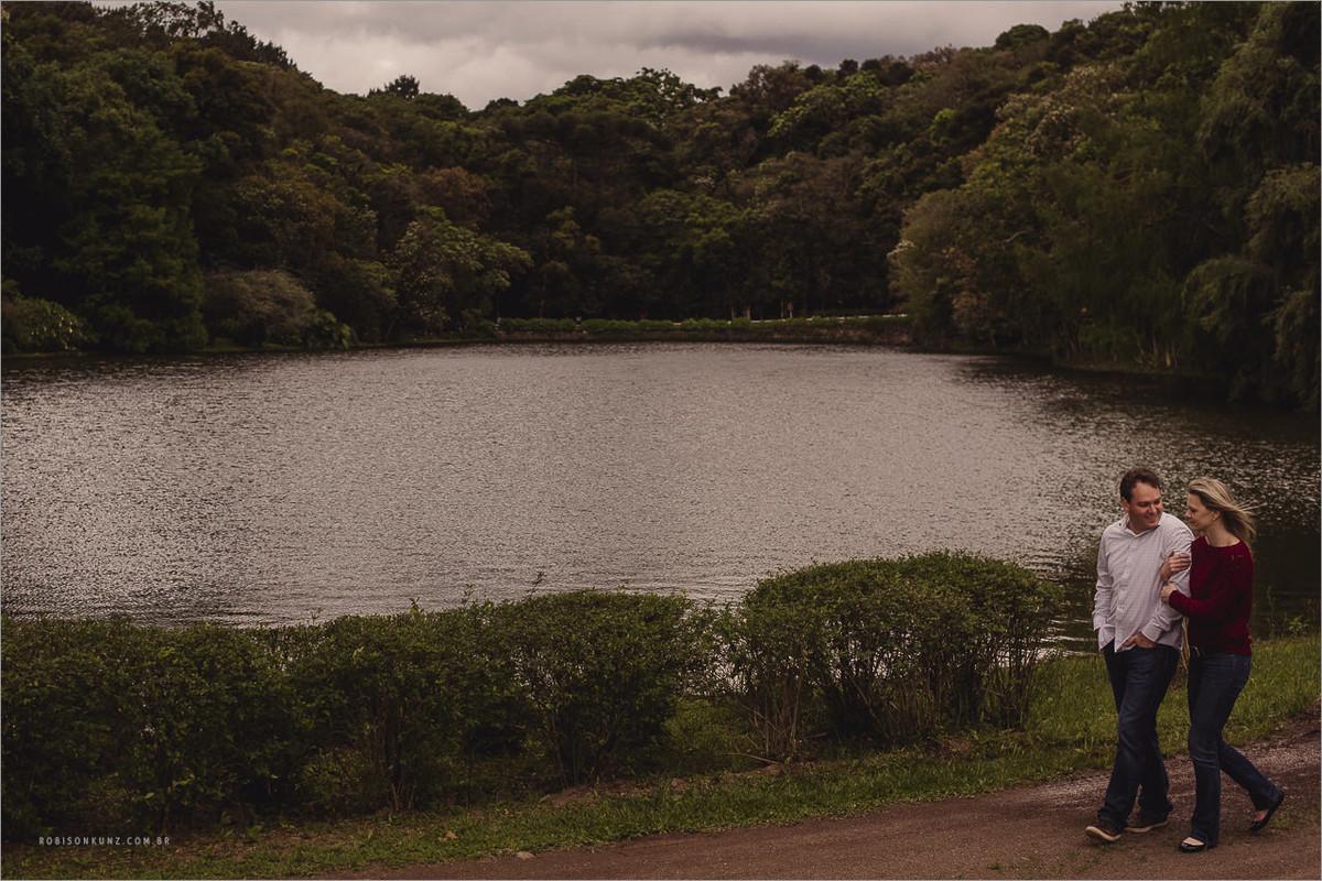 casal caminhando na beira do lago
