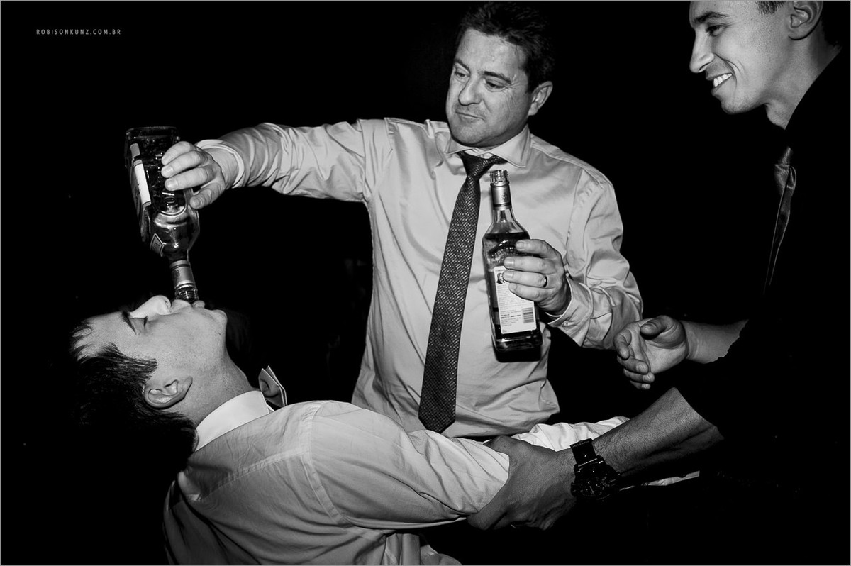 pai do noivo embebedando o noivo