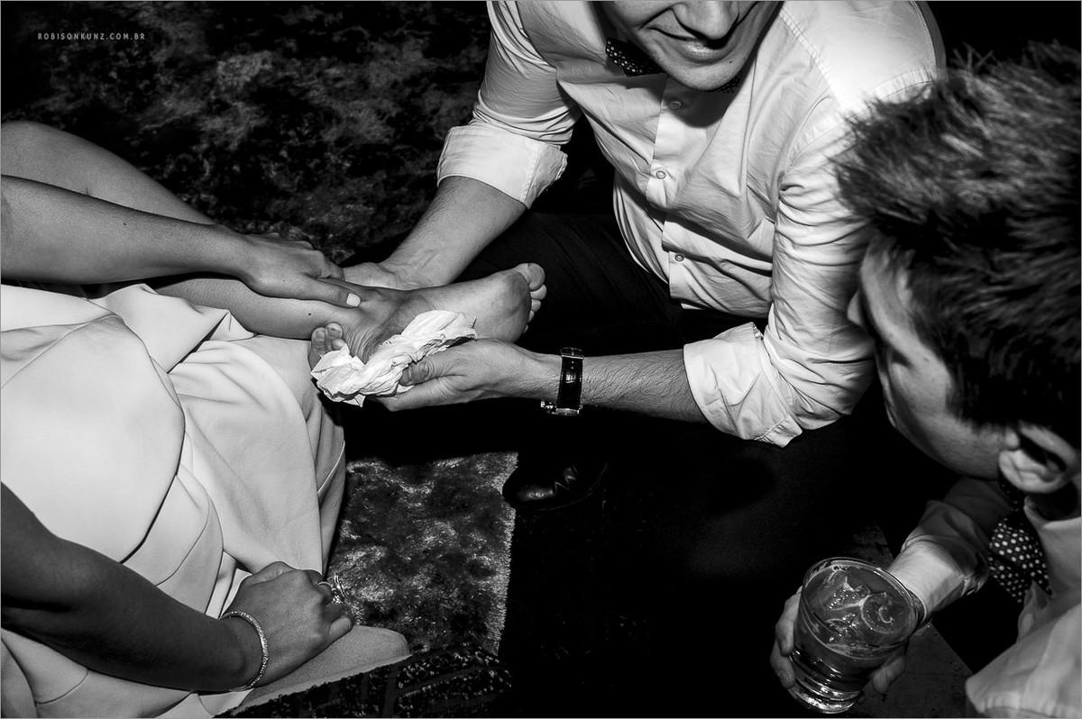 madrinha com o pé cortado no casamento