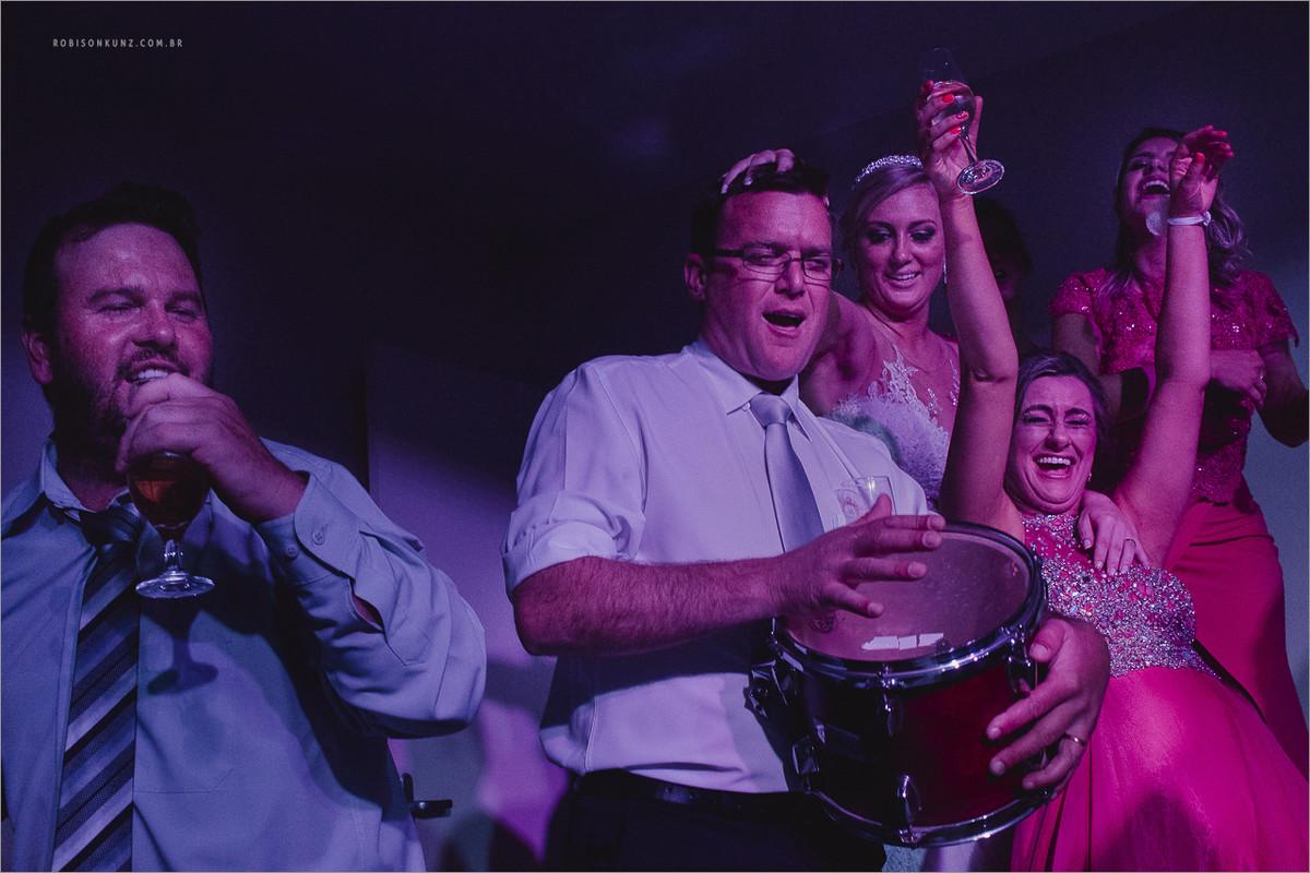 noiva e padrinhos sobem no palco com a banda